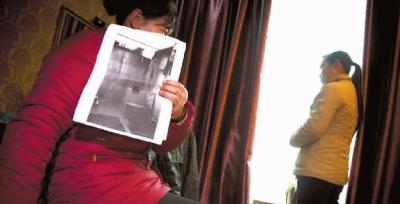 就秦星在看守所内救人立功一事,被救人周兰兰现身表明,此事并没发生在自己身上。2月21日,周兰兰(左)查看所谓的现场图片,并陪同唐娟住在小宾馆里。  记者  李丹 摄