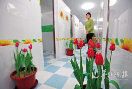 淡雅清幽的花香、悠扬的乐曲……很难想象公厕有这般享受