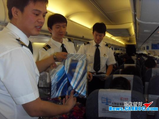 5名男乘务员从乘务长到广播员再到后舱服务员
