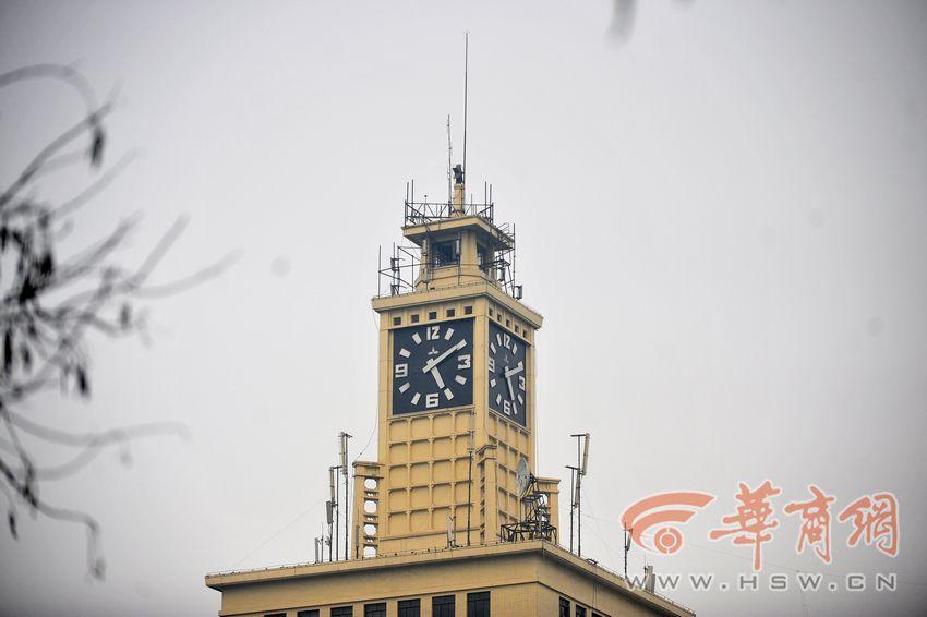 报时钟有四个表盘,每个表盘(黑色部分)都是长宽高6米的正方形,钟塔