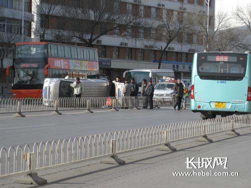 天津:红旗路一辆中型五菱之光面包发生侧翻