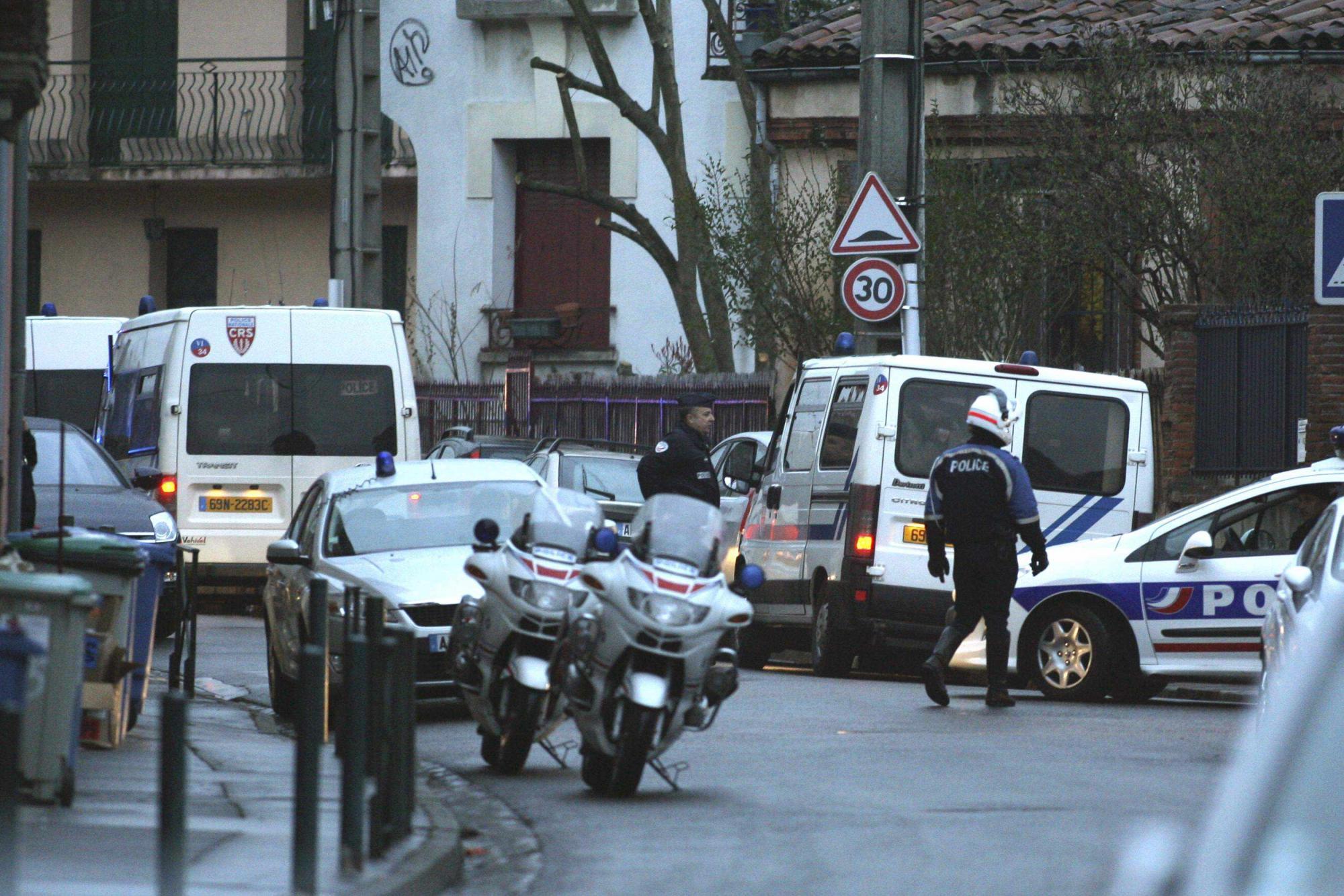 3月21日凌晨,法国警方突袭图卢兹市一处住宅,封锁了周边道路。