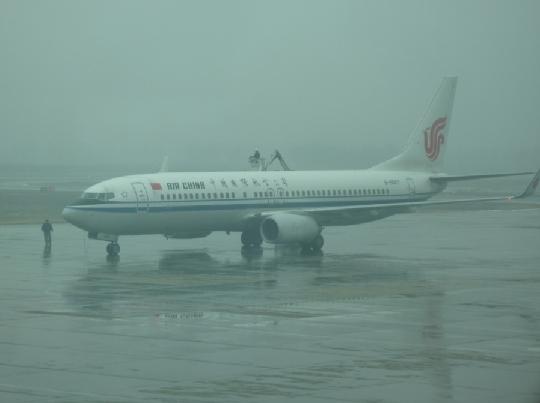 图1:各保障部门雨雪中作业 摄影:赵大伟 民航资源网2012年3月5日消息:2012年3月2日起到4日,包头连日降雪,受此影响,3月4日部分进出港航班延误。包头机场各部门积极应对,全力保障航班正常运行,确保旅客出行正常。 3月4日。由于连日来降雪影响,包头机场能见度降低,跑道湿滑,20:21,跑道雪浆厚度较厚,影响航班的正常起降,场建开始对跑道除冰,21:03,场建报告,跑道除冰结束,造成CSZ9758于21:24起飞,延误1小时44分钟;CSH9136于21:51起飞,延误1小时36分钟;CBJ511