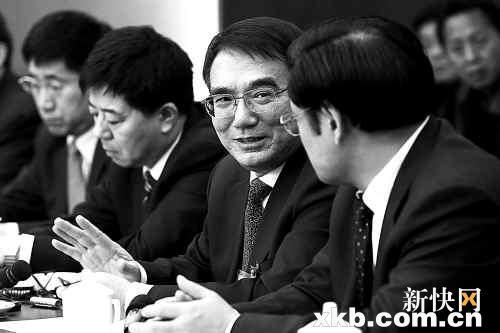 ■辽宁省委书记王珉(右二)称谷凤杰落马一事为