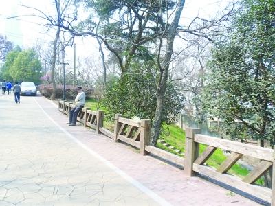木质护栏腐朽垮掉,成了危栏