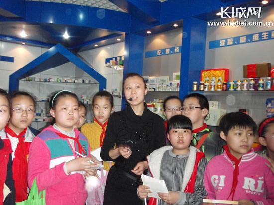 同学们认真地参观学习。(图片由石家庄市长安东路小学提供)