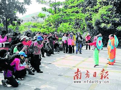 村民们观看客家山歌。资料图片