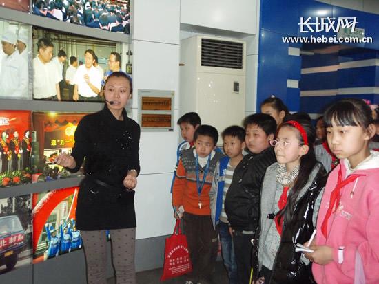 3日,石家庄市长安东路小学学生到华北制药集团进行社会实践活动。
