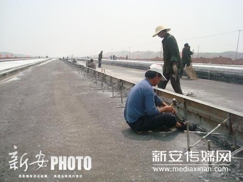 2012年4月11日上午,池州九华山机场建设工地上,工人们正在进行跑道施工
