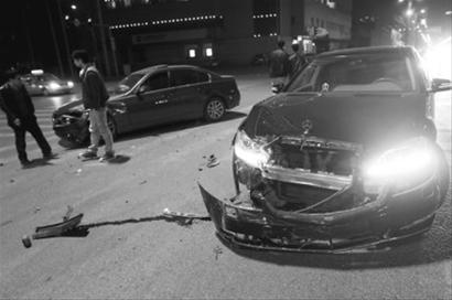 这场车祸真贵 奔驰撞上宝马一下撞飞60万