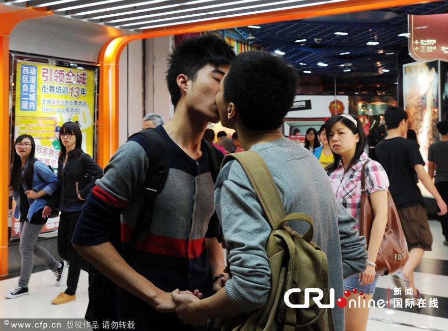 广州三对同性恋青年街头拥吻呼吁社会关注高