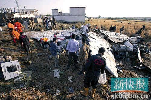 ■巴基斯坦波音737客机坠毁现场,一片狼藉。