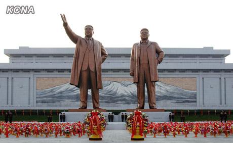 朝鲜平壤万寿台第二座金日成(左)和金正日(右)铜像。