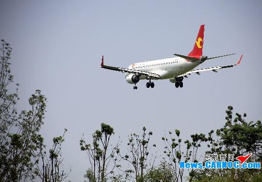 图:天津航空E190飞机魅影 民航资源网2012年4月27日消息:4月28日,天津航空有限责任公司(Tianjin Airlines Co.,Ltd.,简称天津航空)将开通天津鄂尔多斯乌鲁木齐航线,执飞机型为E190客机,每周4班。 据悉,天津航空天津鄂尔多斯乌鲁木齐航线,班期为每周一、二、四、六。去程GS6515航班,07:20由天津滨海国际机场(简称天津机场)起飞,08:45到达鄂尔多斯,经停40分钟后,09:25由鄂尔多斯伊金霍洛机场(简称鄂尔多斯机场)飞往乌鲁木齐,12
