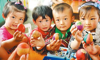 5月5日,山东省沂源县东里镇中心幼儿园的小朋友们展示彩蛋.