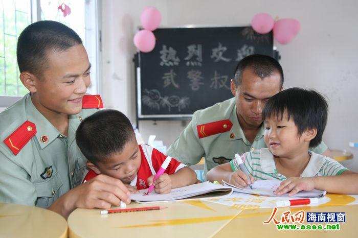 武警海口市支队官兵与聋哑儿童共庆六一(图)