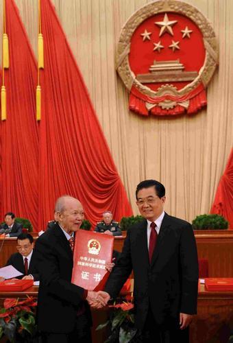 谷超豪从胡锦涛主席手中接过国家科学技术最高奖(资料照片)