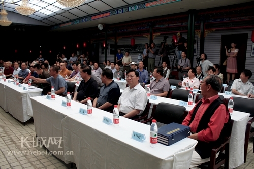 来自承德、衡阳、北京、天津等地的部门领导及书画家。 孙占军 摄