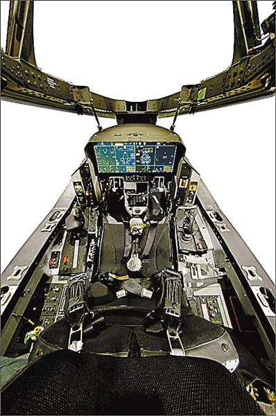 今年,国外媒体拍摄到的f-35飞行员驾驶舱.