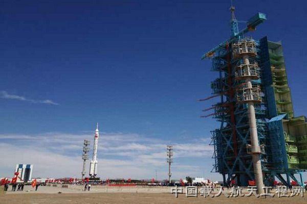 神舟九号飞船、长征二号F遥九火箭组合体正在转运途中(郭秀峰 摄)