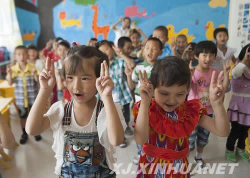 吾塔木乡双语幼儿园小朋友们在老师的带领下唱歌跳舞,做操嬉戏的场景.