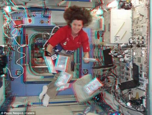 在失重状态下,女航天员的头发飘起来。
