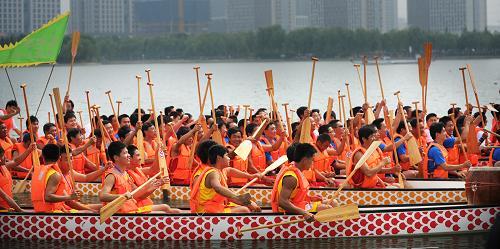 市,参赛队员在比赛前挥舞船桨.-赛龙舟 庆端午