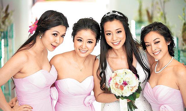 林心如(左二)、颜颖思(右)穿低胸粉红礼服当好友吴辰君(右二)的伴娘。(图片来自台媒)