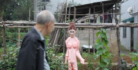 丝瓜架上路人吓坏1表情原来是充气娃娃(图)日和兔美酱美女包图片