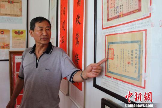 张洪军为记者讲解他收藏的婚书。李世伟 摄