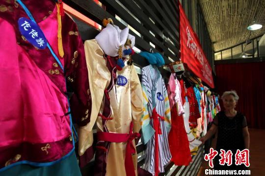 八旬侨眷收集百家布 环保材料自制56套民族服装