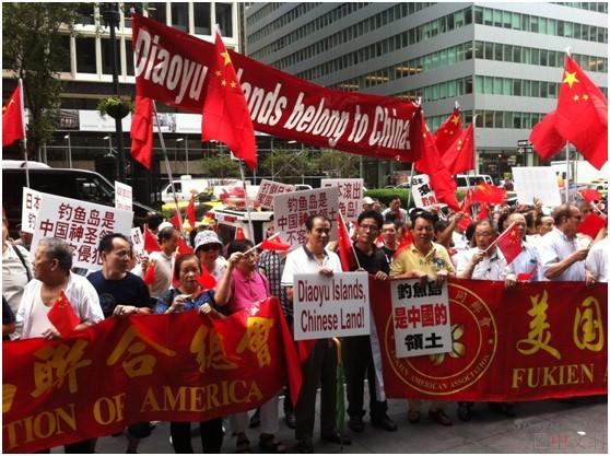7月19日,纽约华人在日本驻纽约领事馆门前举行了上千人示威游行。