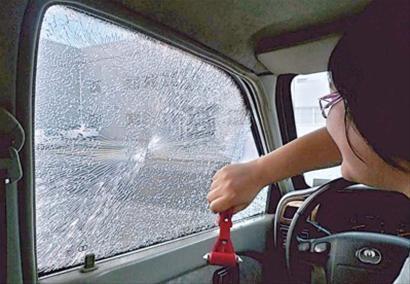 网友试验,用安全锤可以敲碎车辆侧窗。