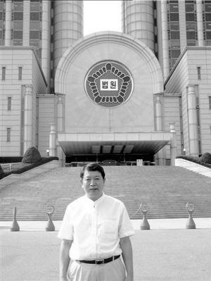 """图为胡献旁律师在首尔高等法院。  图片由本人提供src=""""http://y3.ifengimg.com/news_spider/dci_2012/07/6c32ffce038bb964b9cafc327c06c129.jpg"""""""