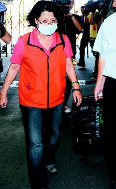 林益世涉索贿案,林益世母亲沈若兰昨天由律师陪同,拖着装有1800万元现金的大皮箱,到特侦组接受侦讯。图片来源:台湾《联合报》