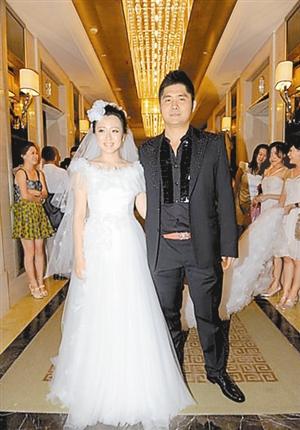 潘阳与夫婿石磊在婚礼现场.