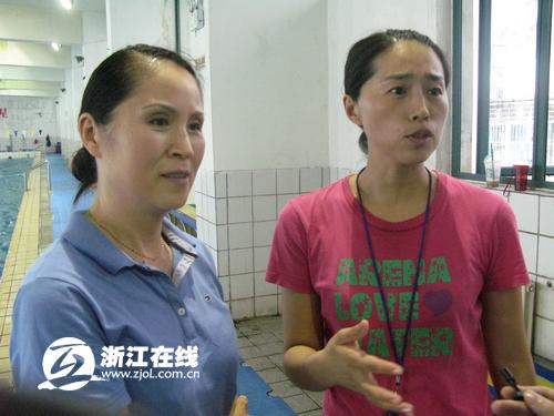 孙杨的启蒙教练娄红梅(左)朱颖(右)
