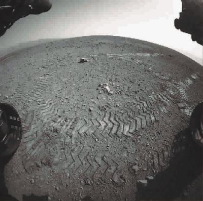 """""""好奇""""号在火星表面留下清晰的车辙印"""