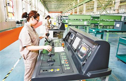 8月16日,在两江新区重庆北车四方所科技有限公司生产车间,工作人员