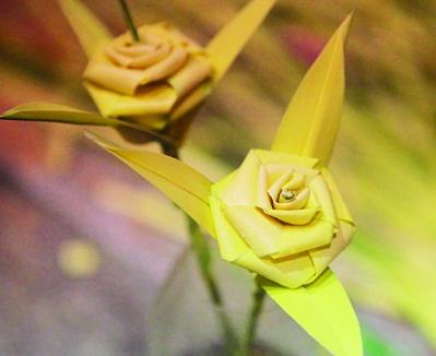 看到了一朵朵用棕榈树叶编织的玫瑰花图片