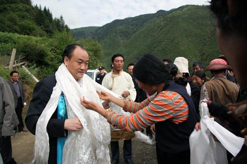 李仲彬/藏族群众向李仲彬献哈达