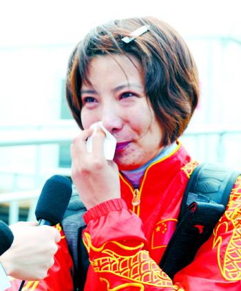 北京时间8月4日,比赛失利的中国选手杜丽赛后接受采访时落...