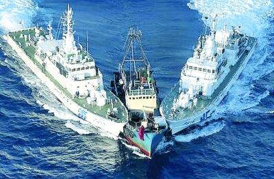 艘舰船撞击香港保钓船.-登上钓鱼岛图片