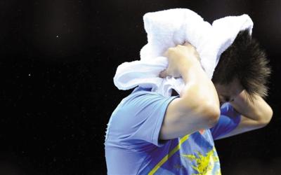 王皓以毛巾遮头,但遮不住奥运三连亚的悲情。图/Osports