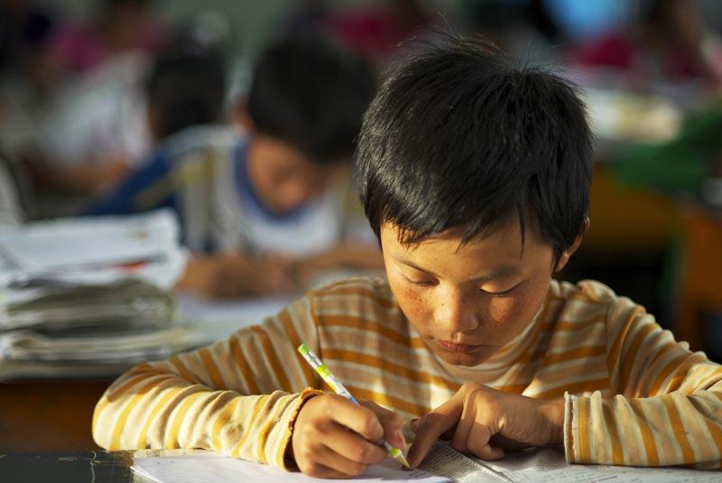 正在刻苦学习的孩子.中国教育行动供图