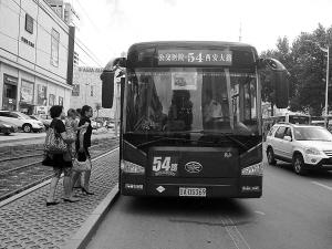 看到54路替班车,乘客多半都是先试探着问问再上车 张景泽/摄