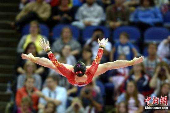 当地时间7月31日,在伦敦奥运会体操女子团体决赛中,中国队排名第四,无缘奖牌。图为中国队选手在比赛中。图片来源:Osport全体育图片社