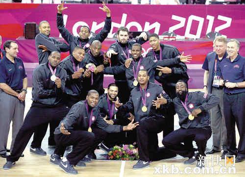 ■领奖之后,美国队在合影中卖力抢镜,科比摆姿势秀金牌,最突出。