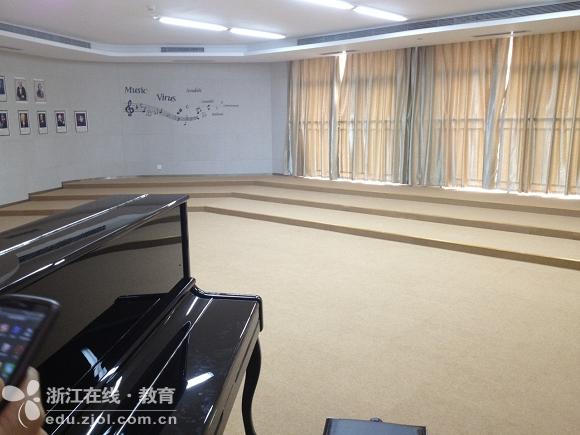 华丽丽的音乐教室.墙壁和地面都做了专业处理.