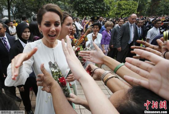 当地时间9月13日,英国威廉王子夫妇到访马来西亚,并盛装出席官方晚宴。